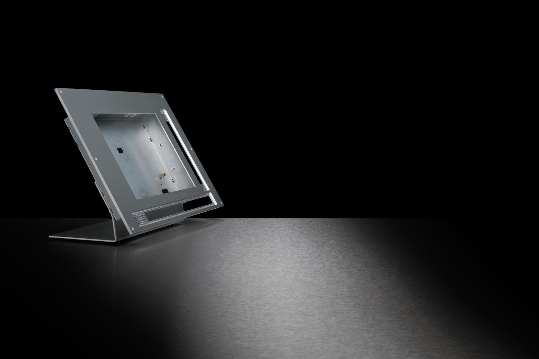 Displaygehäuse mit Standfuß und Aluminium-Front mit Ausschnitt für ein Display.