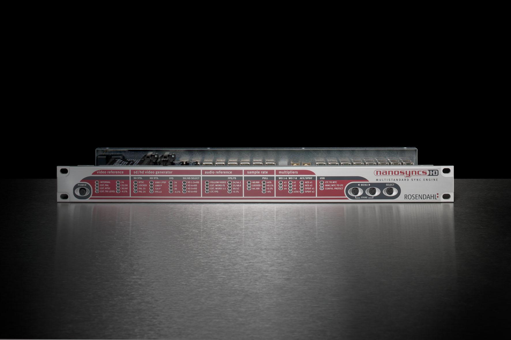 Einschubgehäuse von vorne. Die Front hat mehrere Schalter, übereinander angeordnete Aussparungen für LEDs und eine rot-schwarze Designbedruckung mit weißer Beschriftung der Elemente.