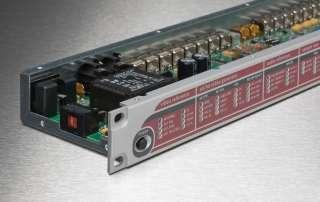 Einschubgehäuse mit offenem Deckel, bei dem die Elektronik sichtbar ist. Die Front ist mit rot schwarzen Farben und Beschriftungen bedruckt.