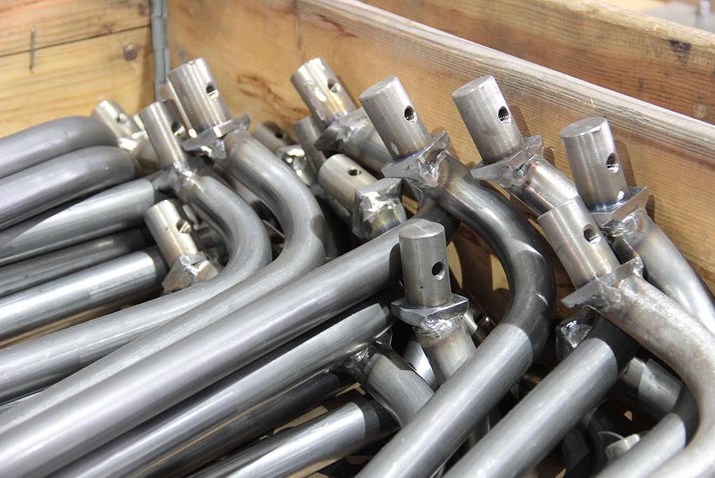 Rohre für die Rohrbearbeitung liegen nebeneinander in einer Holzkiste