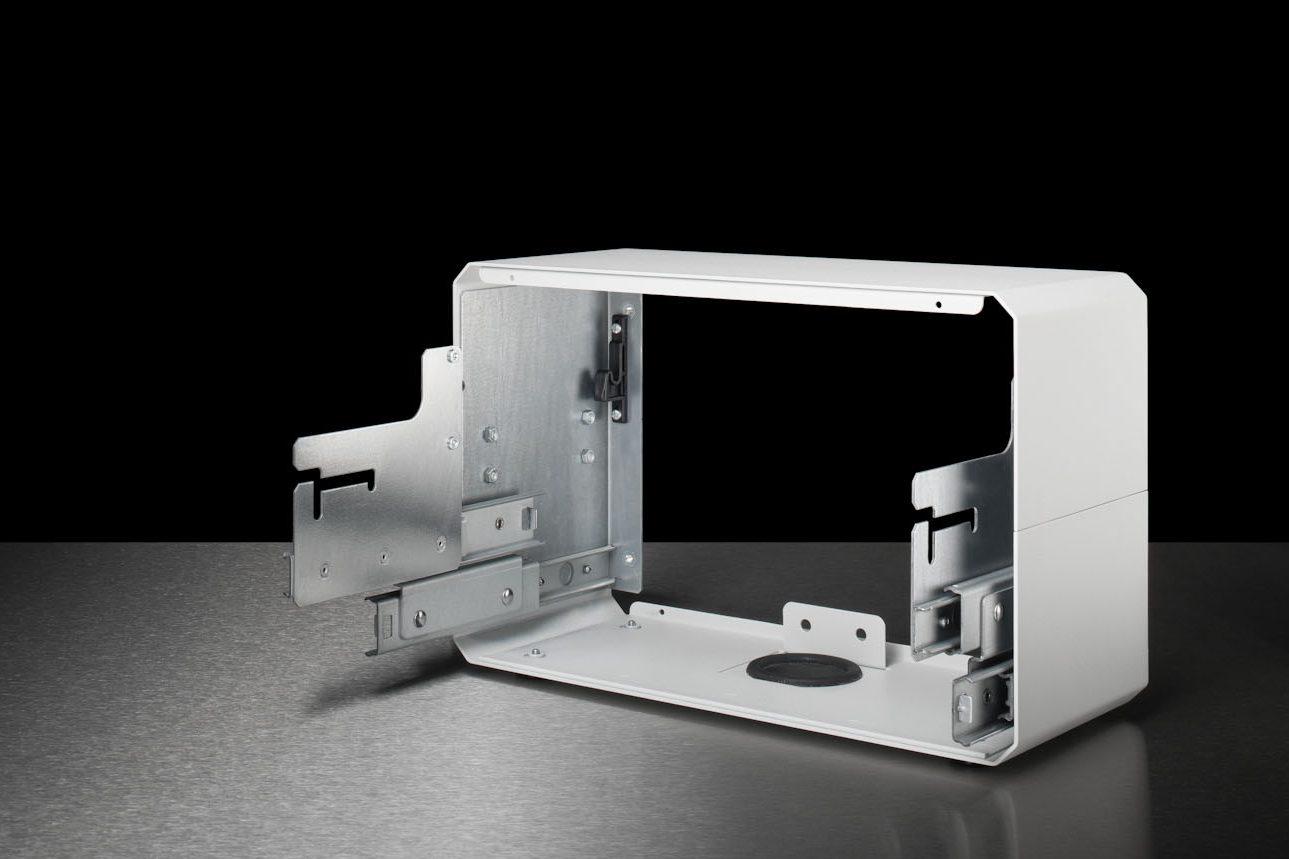 Stahlblech-Gehäuse mit weißer Pulverbeschichtung ohne Front- und Rückseite. An den Seiten sind jeweils Teleskopschienen angebracht.