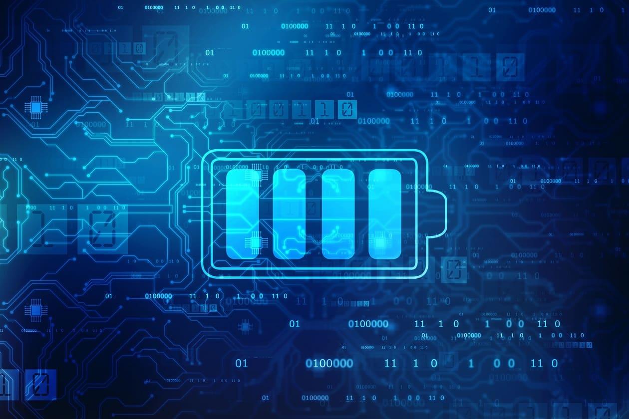 Stilisierte Batterie vor einem blauen Hintergrund mit angedeuteten Umrissen einer Leiterplatte