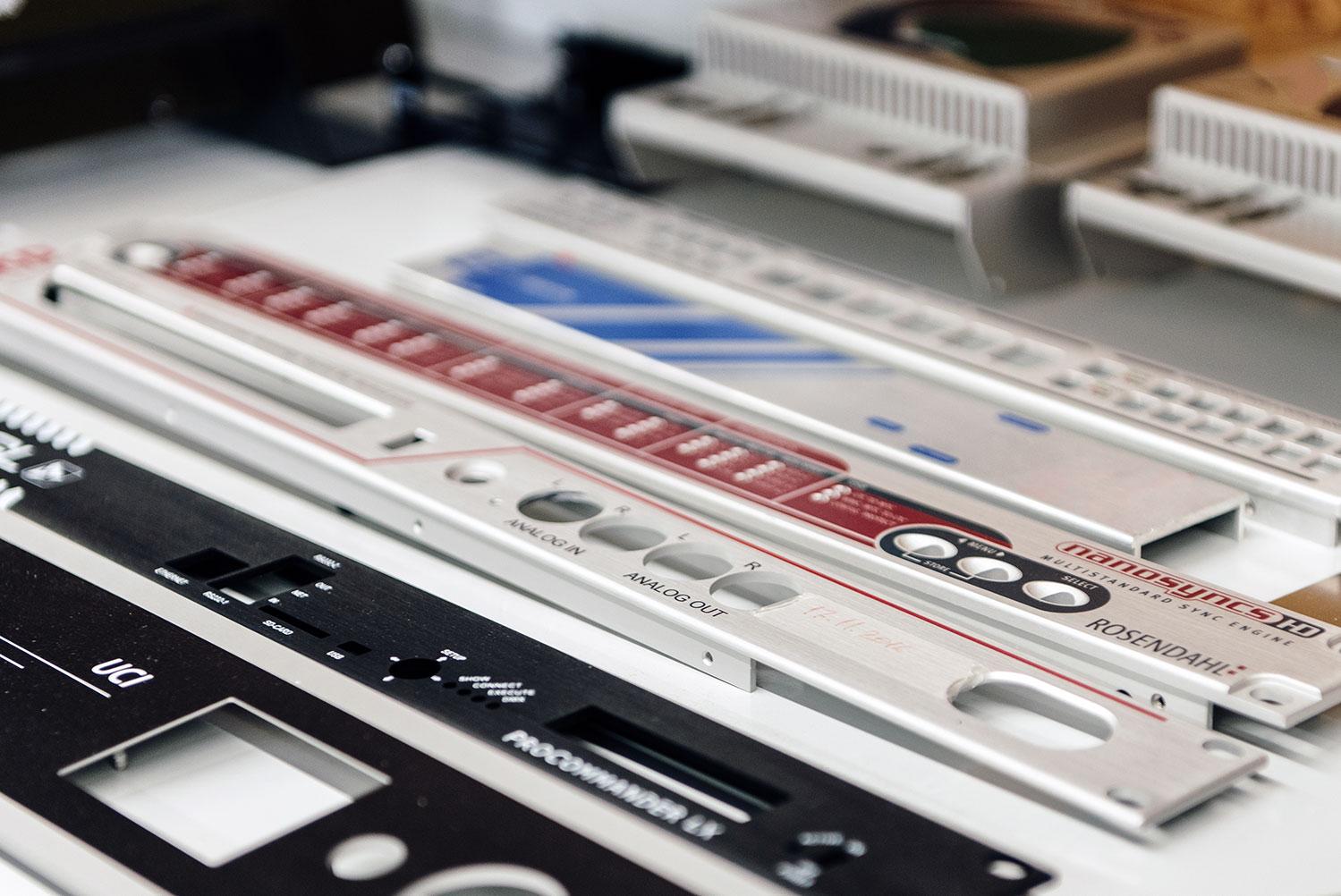 Mit mehrfarbigen Drucken bedruckte Frontplatten aus Metall auf einem Tisch
