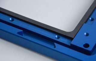 Blaues Gehäuseteil aus Aluminium mit einer umlaufenden flachen Dichtung aus Moosgummi.