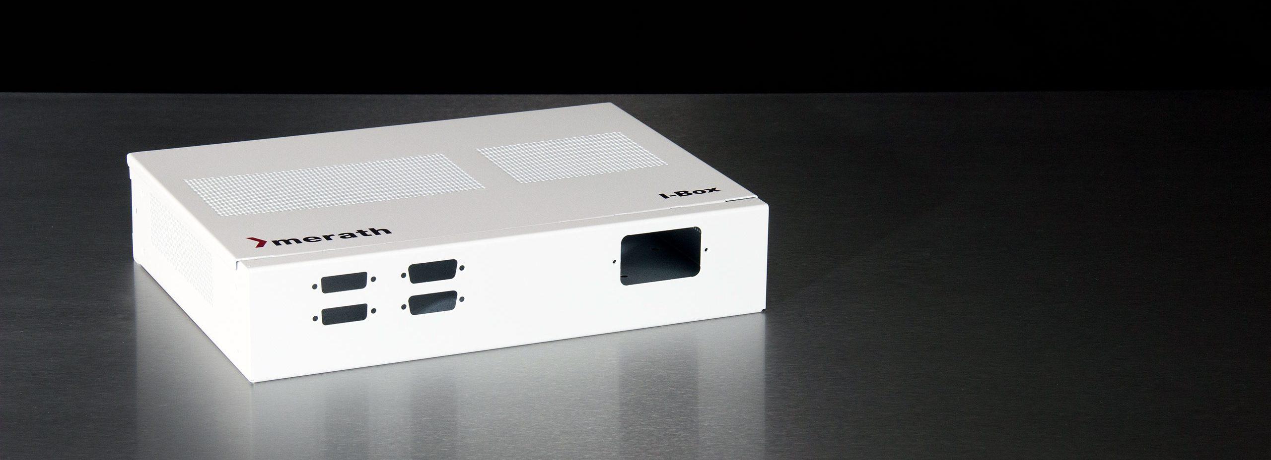 Weißes Computer-Tischgehäuse mit merath Logo und Aufschrift I-Box. An der Front sind Ausbrüche für Stecker.