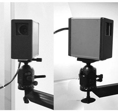 Vorserien-Modell einer 3D-Kamera mit schwarz-grauem Gehäuse auf einem Teleskoparm.