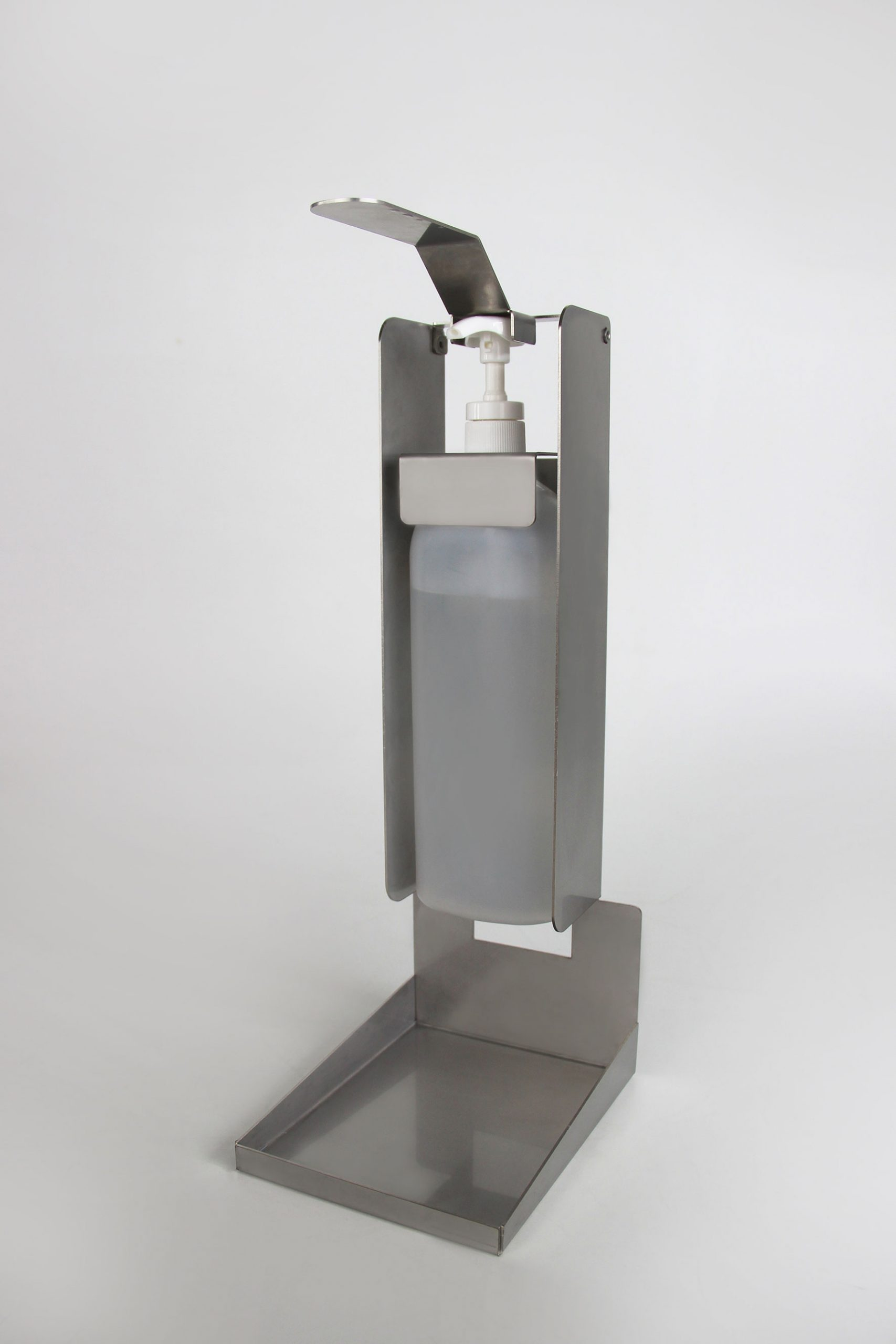 Armhebelspender aus Blech mit Druckhebel, eingelegter Desinfektionsmittelflasche und Spritzschutzblech unten.