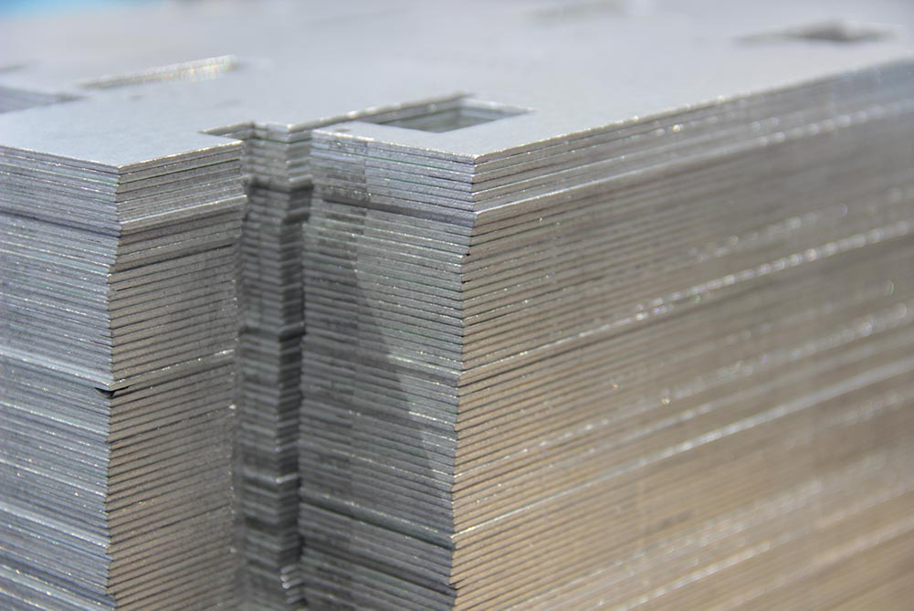 Stapel von Blechteilen mit Ausschnitten
