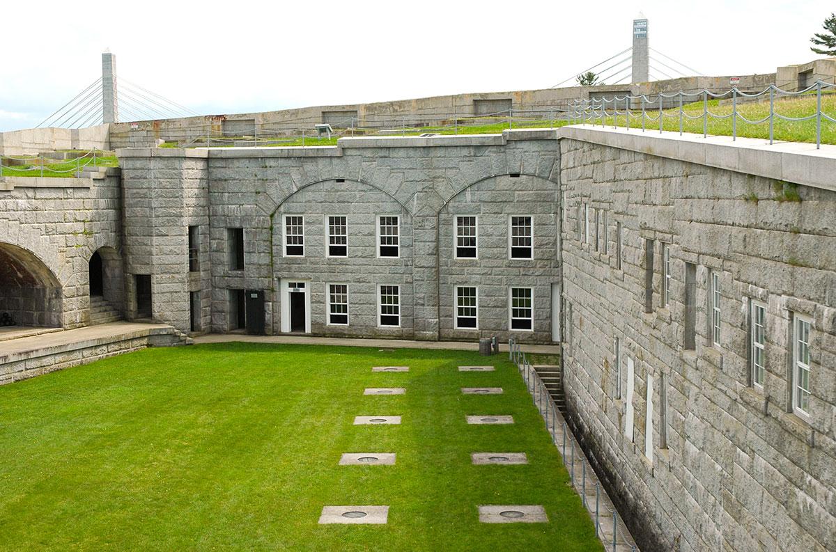 Innenhof von Fort Knox mit Rasen