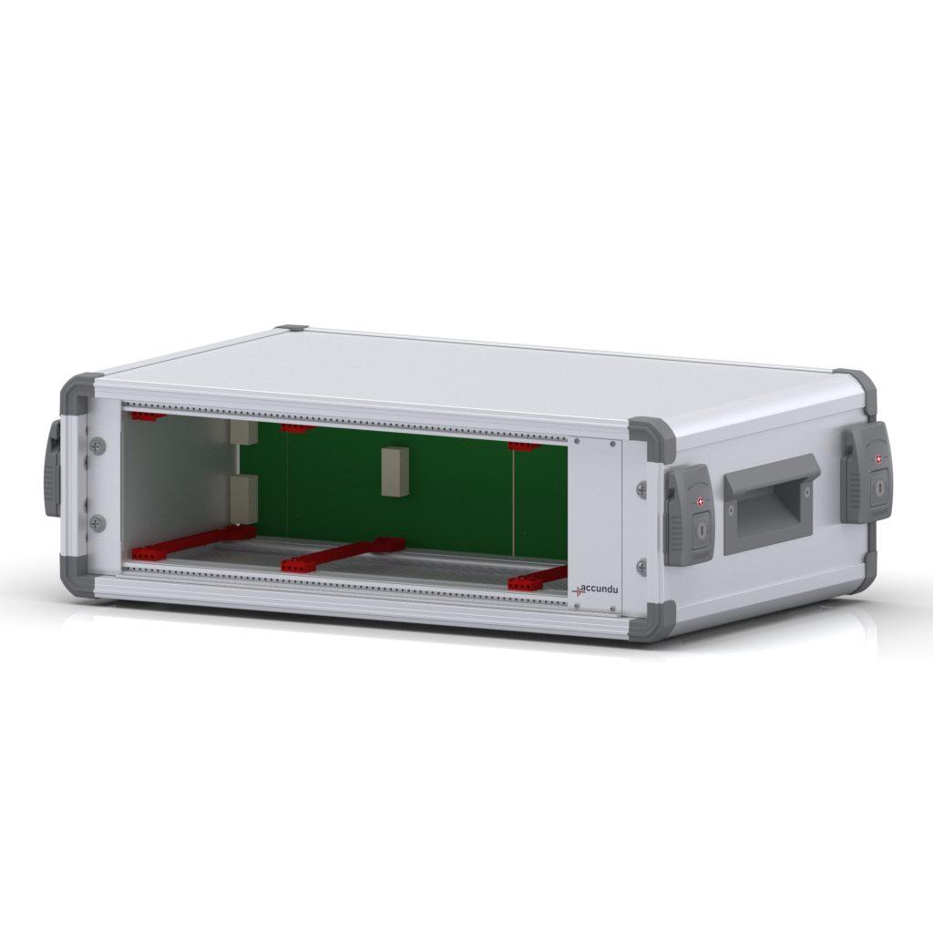 """Kofferförmiges, mobiles 19""""-Zoll Gehäuse mit integrierter Batterie für mobilen Einsatz, liegend mit offener Oberseite und Sicht auf die Backplane."""