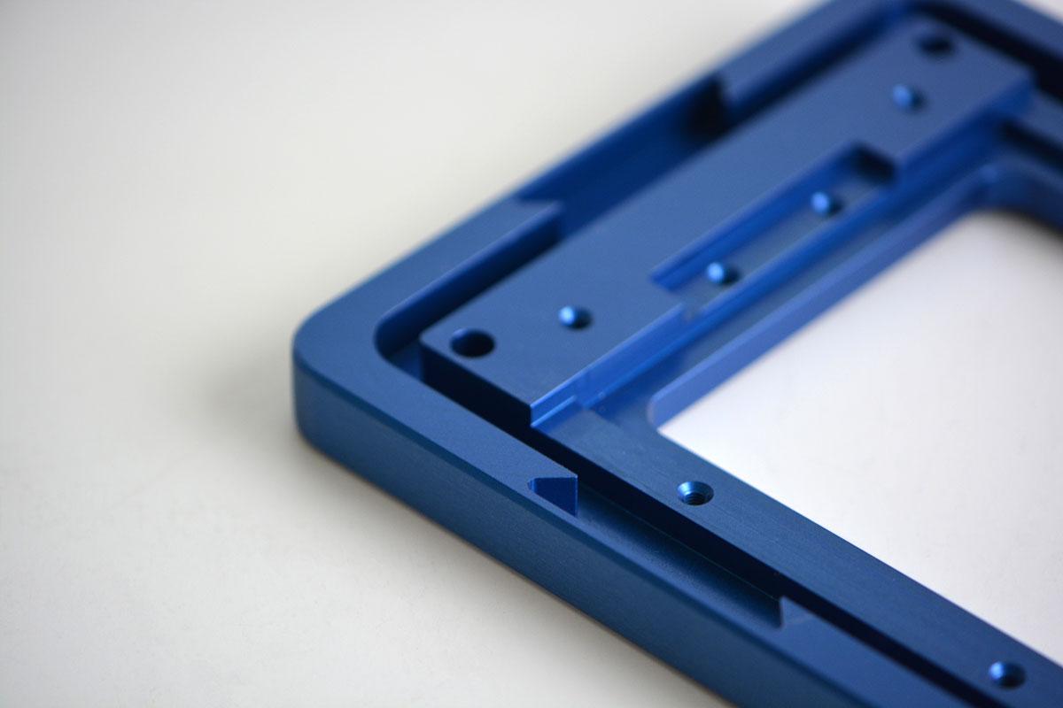 Gehäuseteil aus blau-eloxiertem Aluminium mit einem Steg als Labyrinthdichtung