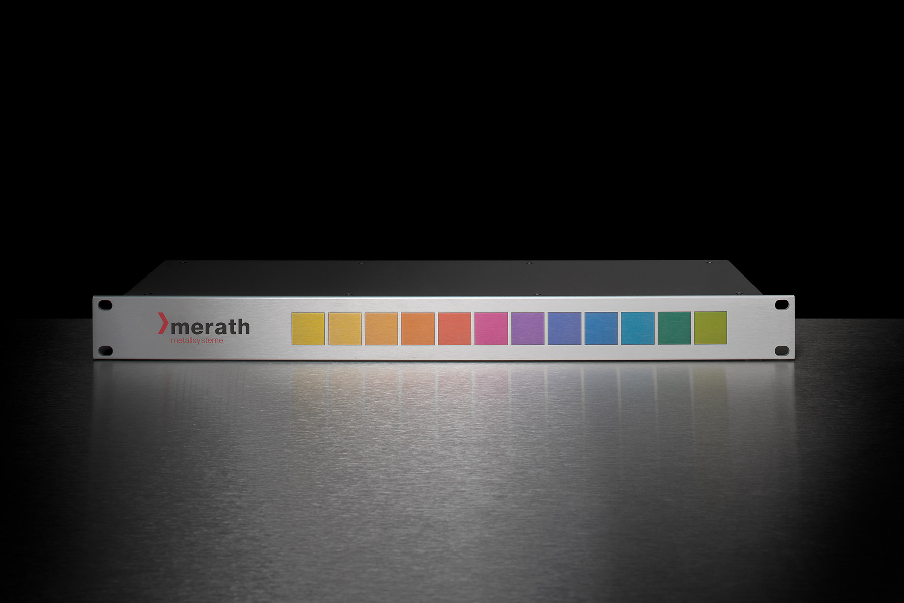 Einschubgehäuse mit aufgedrucktem merath-Logo und Farbfeldern in Regenbogenfarbe