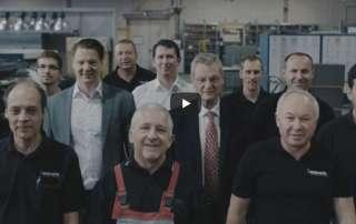 Thumbnail eines Image-Films von merath, auf dem mehrere Mitarbeiter in die Kamera schauen.