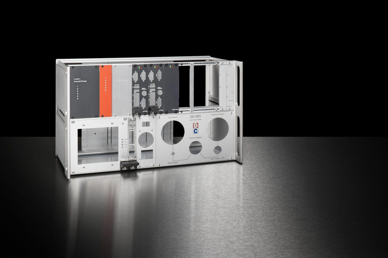 19 Zoll-Baugruppenträger mit unterschiedlich bedruckten und gefärbten Frontplatten in orange und grau.