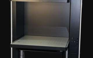 Design-Gehäuse des Fingerabdruckscanners mit grauen und weißen Elementen vor schwarzem Hintergrund