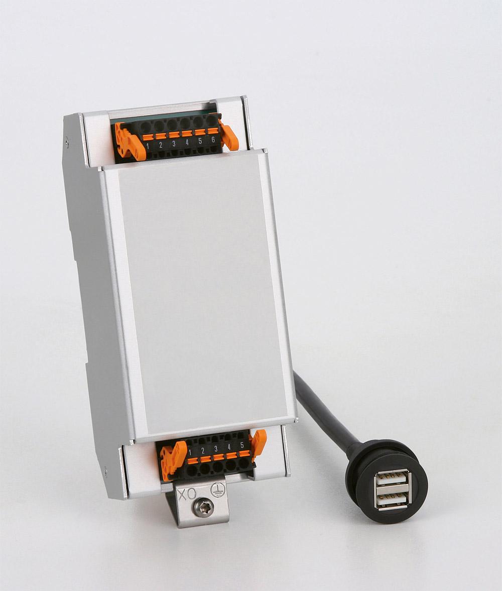 Graues Gehäuse mit Stromanschlüssen oben und unten und einem Kabel mit zwei USB-Anschlüssen.
