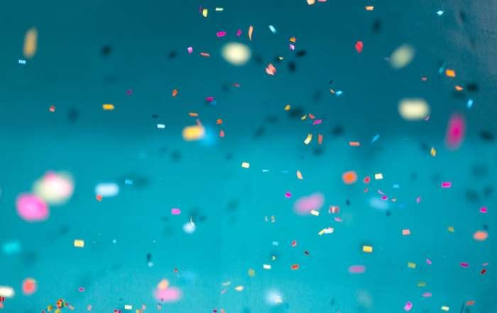 Blauer Hintergrund mit fliegendem Konfetti