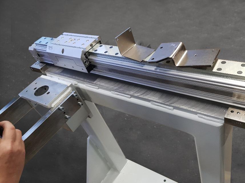Linearführung für eine Befetteinrichtung für Zylinderköpfe aus Stahl