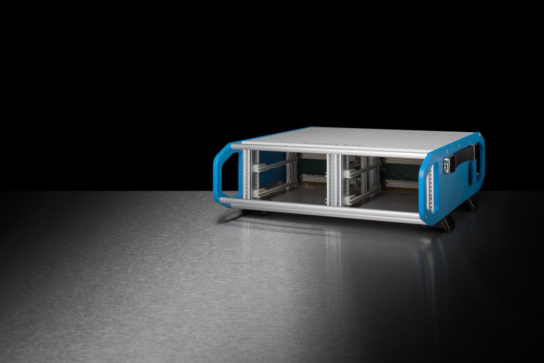 Individualisierte Slimbox mit blauen Griffteilen an der Ober-und Unterseite.