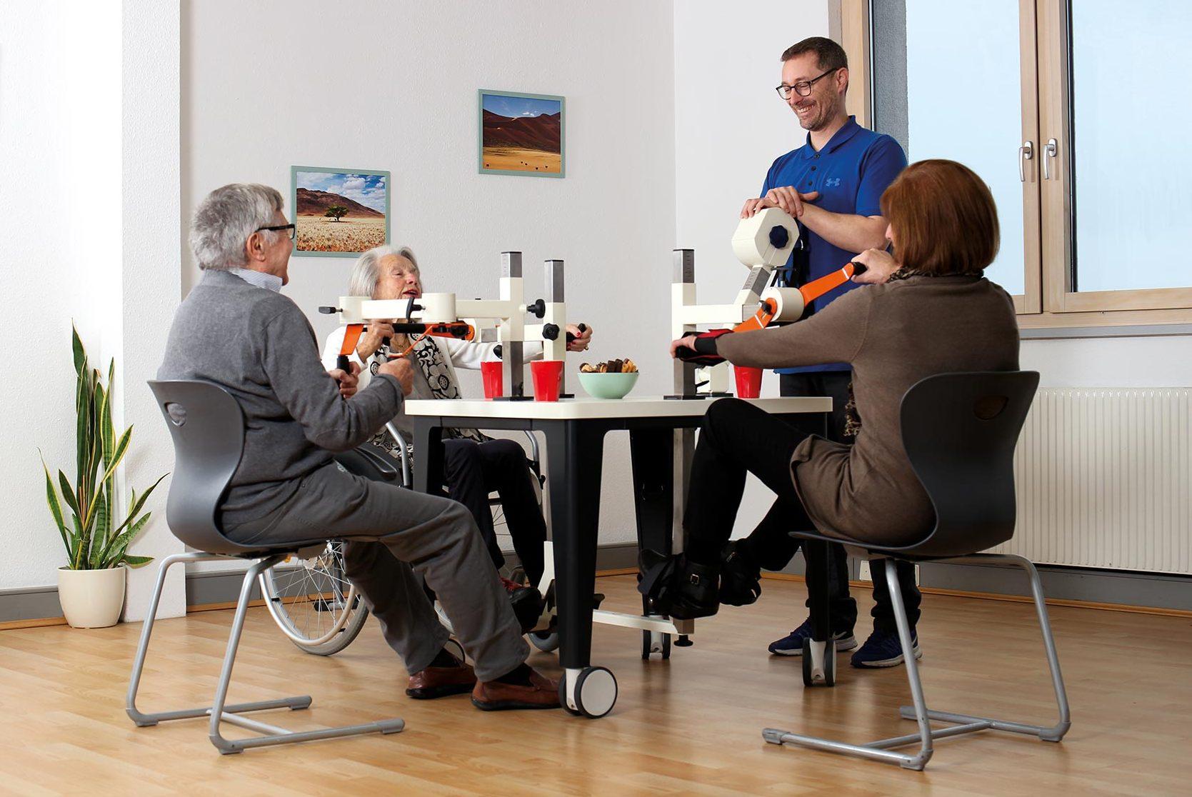 Seniorengruppe trainiert am Plaudertisch