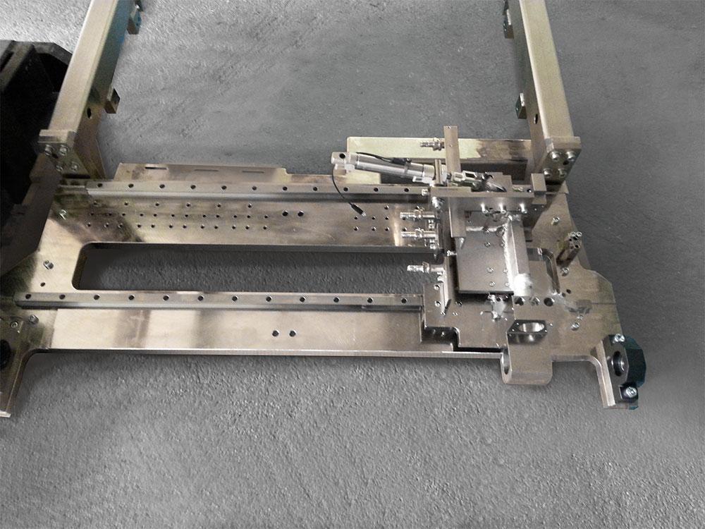 Zustelleinrichtung für eine Befetteinrichtung für Zylinderköpfe aus Stahl
