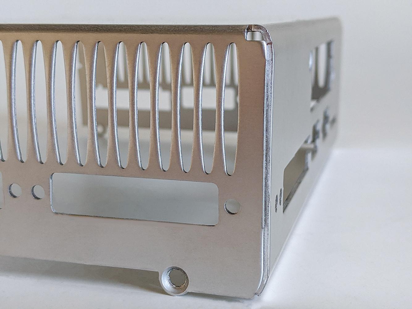 Ovale Lüftungslöcher an der Rückseite von einem Metallgehäuse