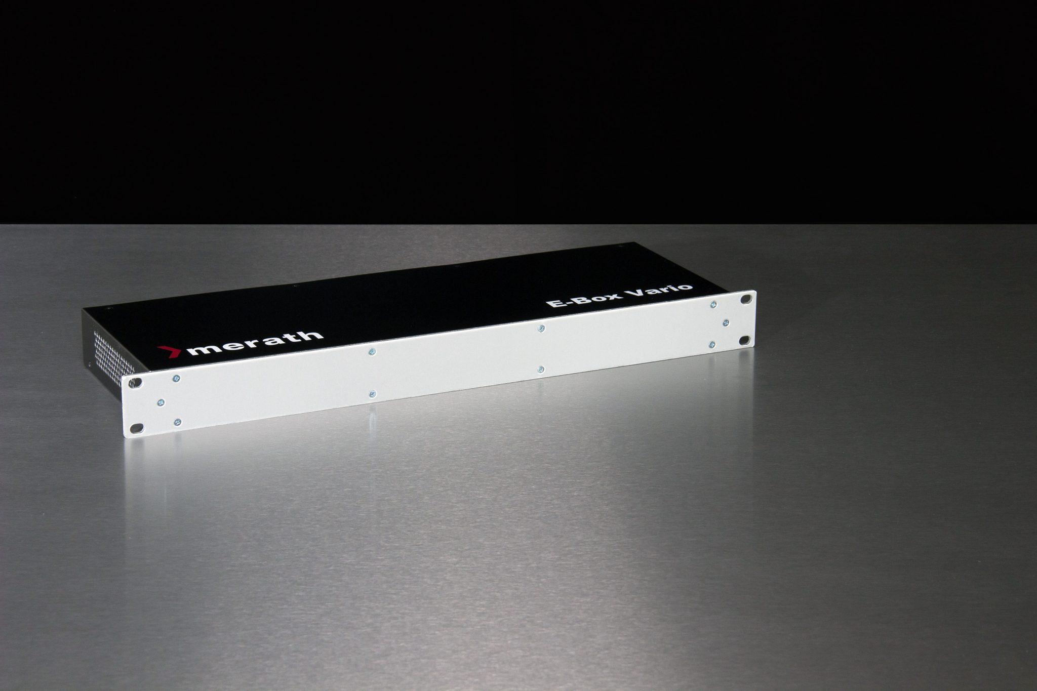 Einschubgehäuse mit Front aus blankem Stahl und sichtbaren Verschraubungen vor schwarzem Hintergrund.
