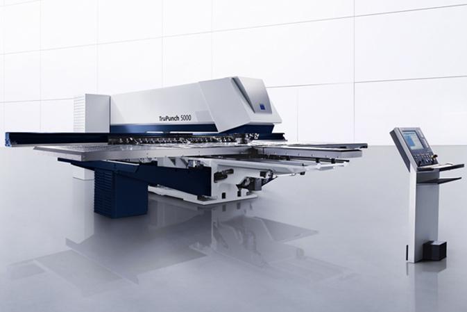 Trumpf Stanzmaschine TruPunch 5000 mit blauen Designelementen und Bedienpult