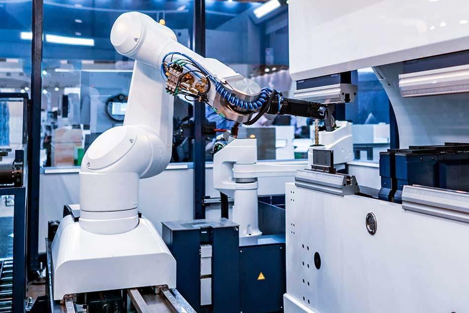 Weißer Robotergreifarm mit Kugelgelenken an einer Abkantmaschine
