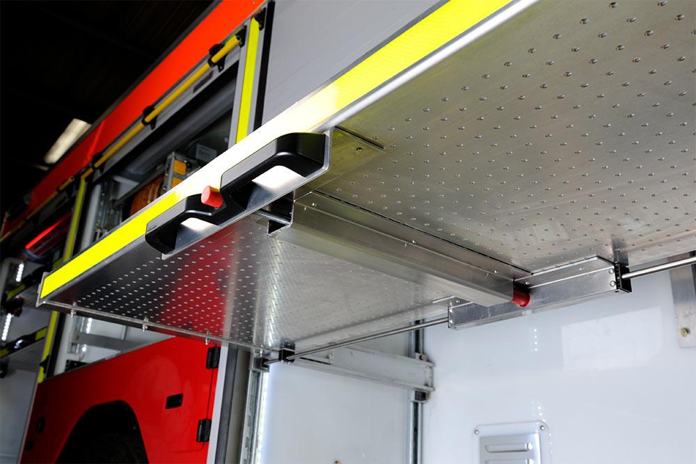 Feuerehrfahrzeug mit ausgezognere Schublade für Equipment