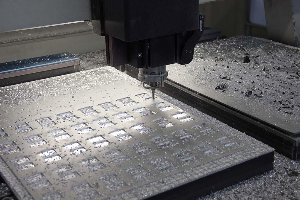 Fräse bei der Bearbeitung einer Aluminium-Platte
