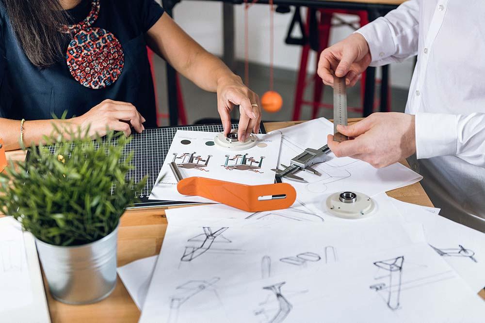 Tisch mit Konstruktionsplänen und Designproben