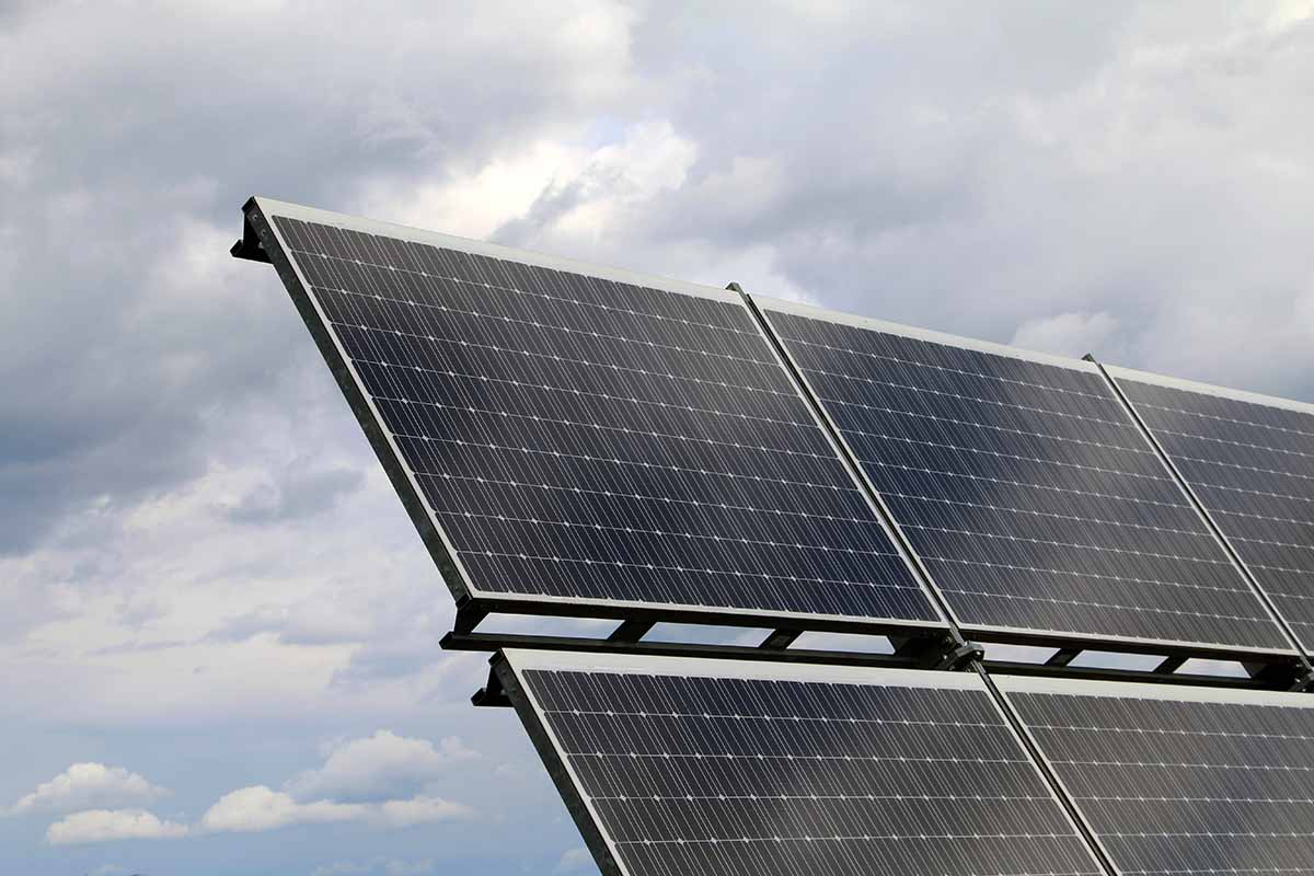 Solarpanels vor einem bewölkten Himmel
