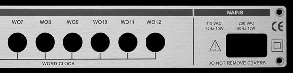 Frontplatte aus Aluminium mit Ausbrüchen für Anschlüsse und Stecker und Beschriftung