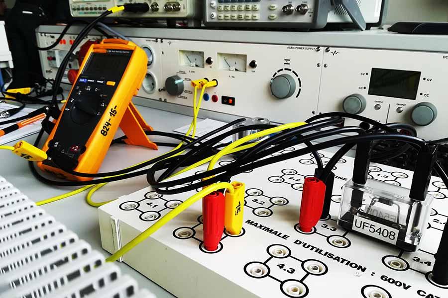 Elektronische Geräte und Messgeräte, die mit Kabeln verbunden sind auf einem Tisch