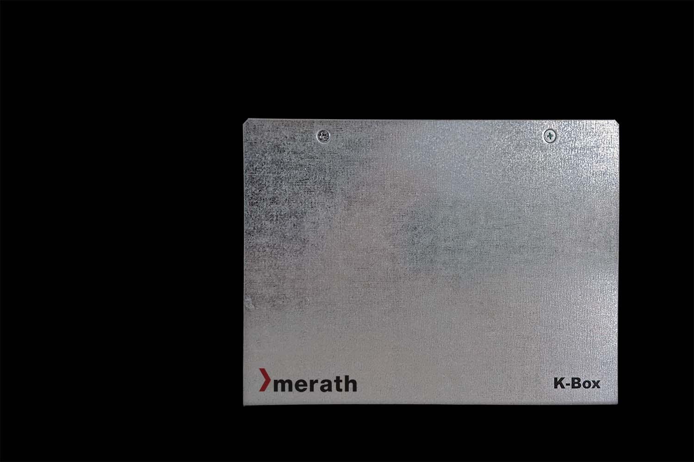 K-Box Gehäuse für Europakarten in der Frontansicht vor schwarzem Hintergrund. Aufgedruckt ist das merath-Logo und K-Box.