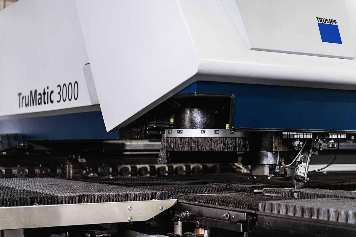 Bild des Bearbeitungskopfes einer Laser-Stanz-Kombimaschine von Trumpf für das Lasern von Blech